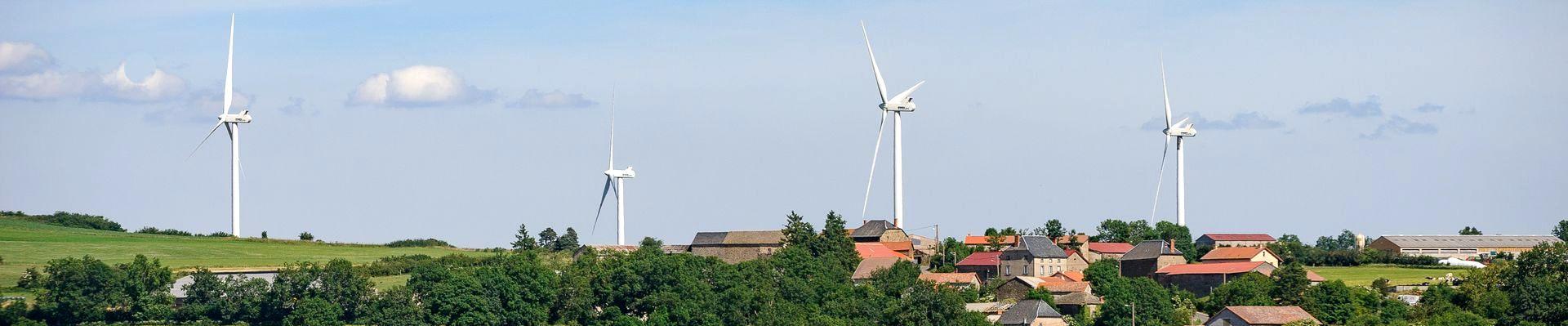 Le parc eolien d'Ally-Mercoeur (43) compte 26 eoliennes pour une capacite de production electrique de 39 MW. Mis en service en decembre 2005, son equivalence en nombre de foyers alimentees en electricite annuellement est de 9 833 foyers. Auvergne